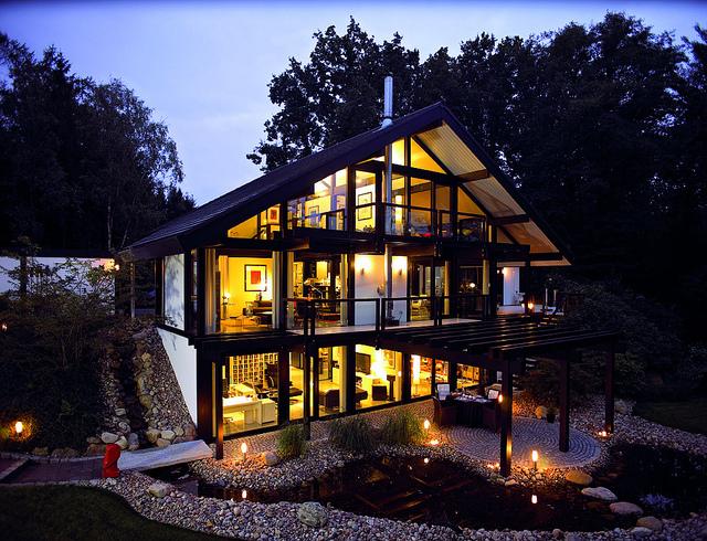 Beleuchtung an Gartenteich und Haus