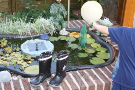 Kinder erkunden Teich