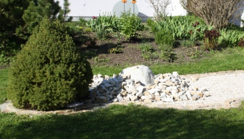 Vorbildlich angelegter Gartenbrunnen