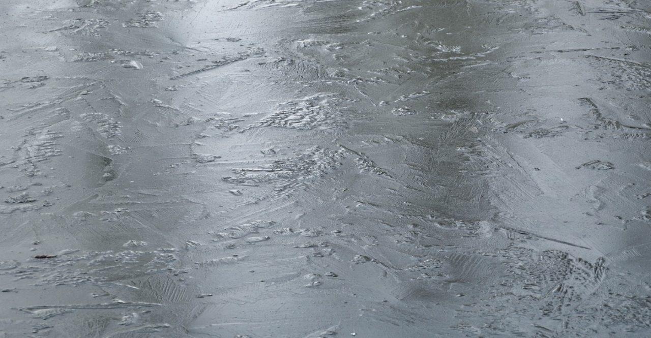 Eisschicht auf dem Teich