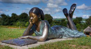 Bronze Figur am Gartenteich