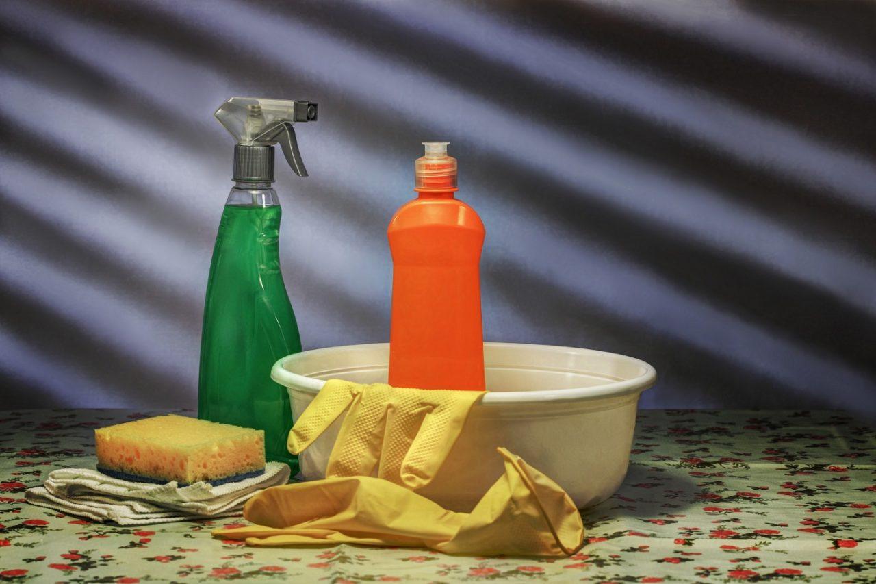 Reinigung mit Bürste und Lappen